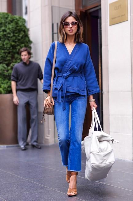 Укорочённые джинсы, слегка расклёшенные к низу