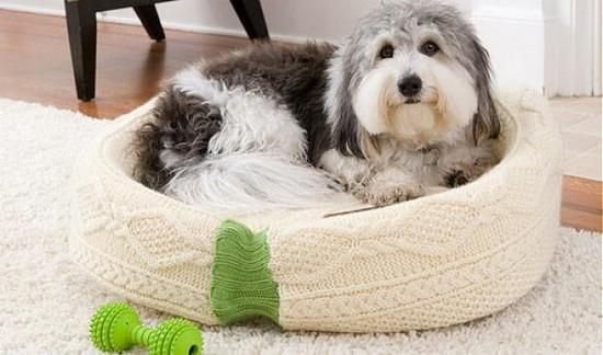 Лежанка для собаки из свитера