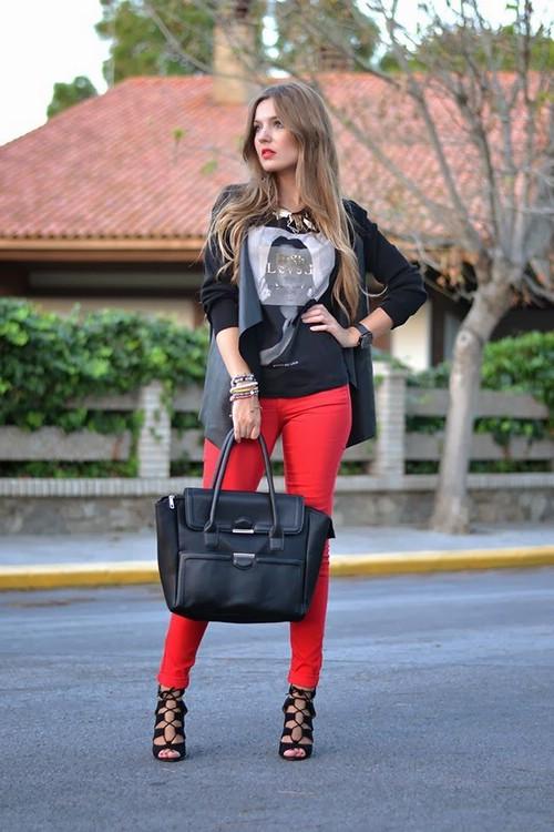 С чем носить красные джинсы
