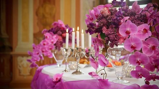 Украшение банкетного зала цветами для свадьбы